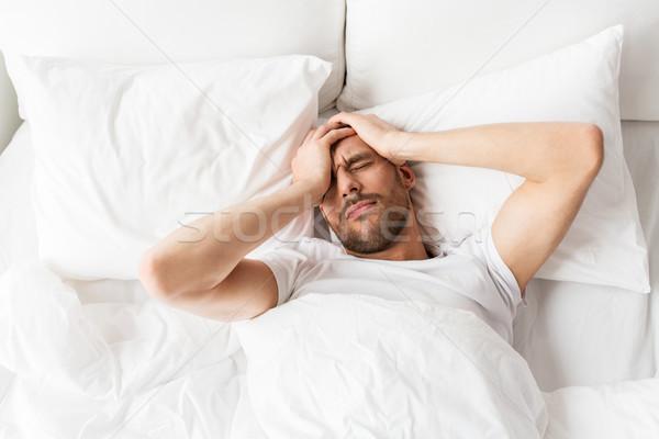Człowiek bed domu cierpienie głowy ludzi Zdjęcia stock © dolgachov