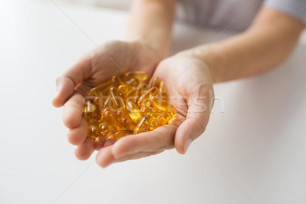 Handen lever olie capsules geneeskunde Stockfoto © dolgachov