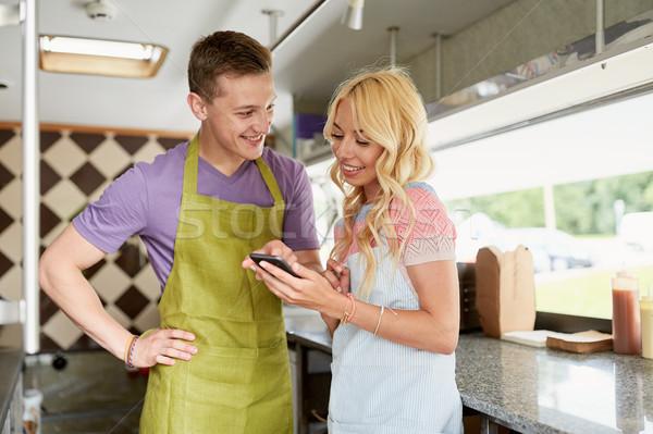 Paar smartphone voedsel vrachtwagen straat verkoop Stockfoto © dolgachov