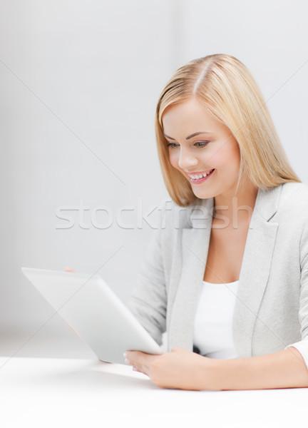 Mujer Foto mujer sonriente ordenador libro Foto stock © dolgachov