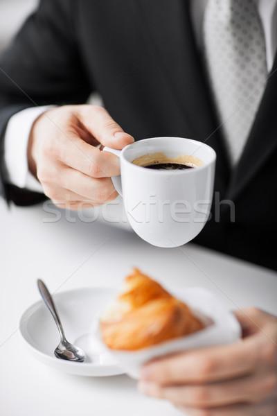 Man beker koffie croissant computer Stockfoto © dolgachov