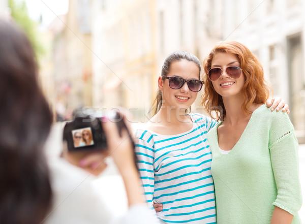 Mosolyog tinilányok kamera turizmus utazás szabadidő Stock fotó © dolgachov