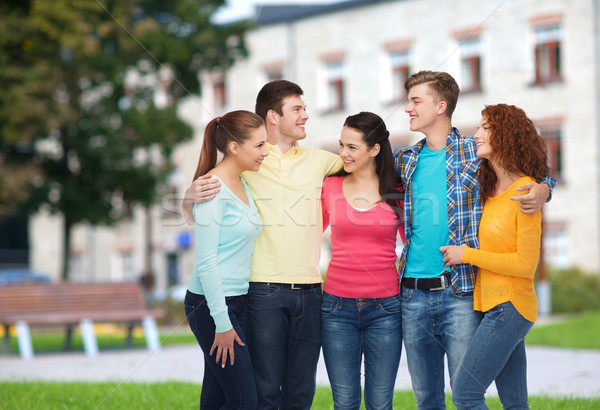 Groep glimlachend tieners campus vriendschap onderwijs Stockfoto © dolgachov