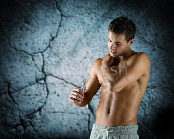 Młodych mężczyzna kulturysta ból ulga Zdjęcia stock © dolgachov