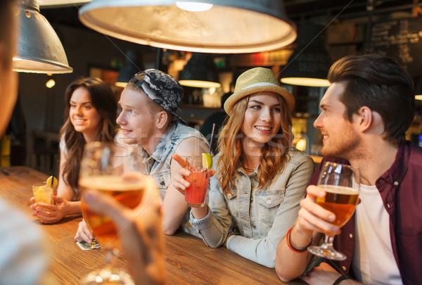 Feliz amigos bebidas falante bar pub Foto stock © dolgachov