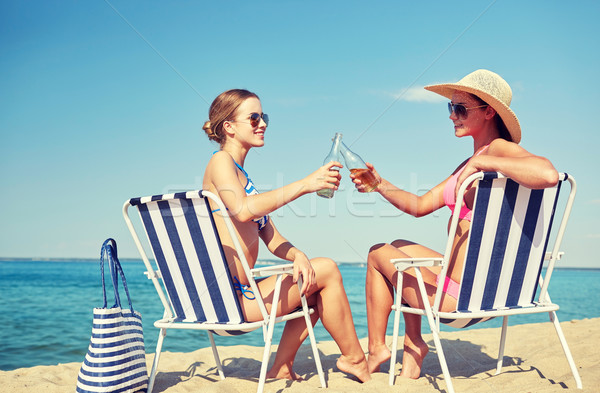 Foto stock: Feliz · mulheres · garrafas · potável · praia · férias · de · verão