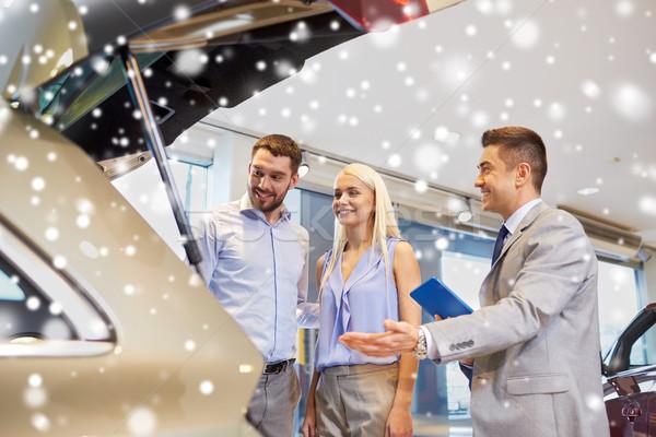 Gelukkig paar auto show salon Stockfoto © dolgachov