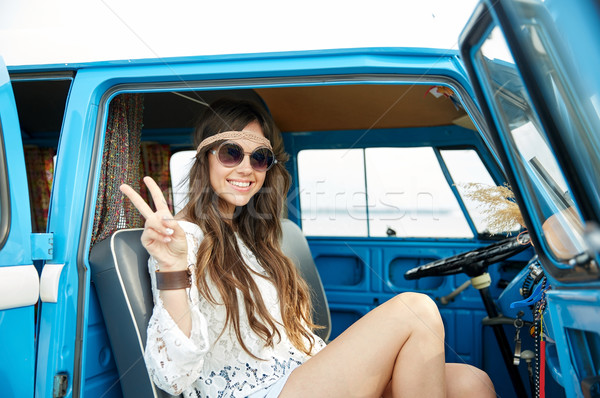 Boldog hippi nő mutat béke mikrobusz Stock fotó © dolgachov