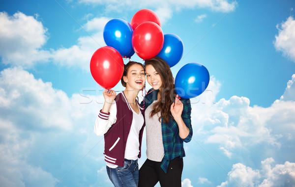 Boldog tinilányok hélium léggömbök égbolt emberek Stock fotó © dolgachov