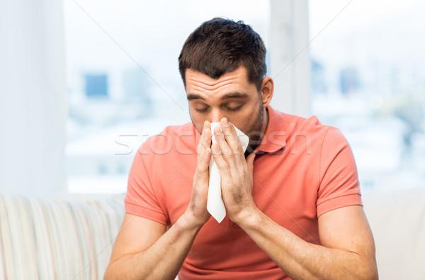 Malati uomo soffia il naso carta tovagliolo home Foto d'archivio © dolgachov