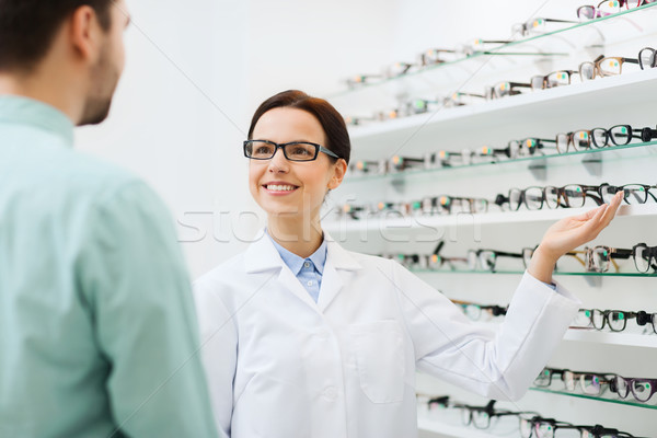 Opticien tonen bril man optica store Stockfoto © dolgachov