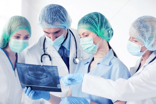 Młodych grupy lekarzy patrząc xray opieki zdrowotnej Zdjęcia stock © dolgachov
