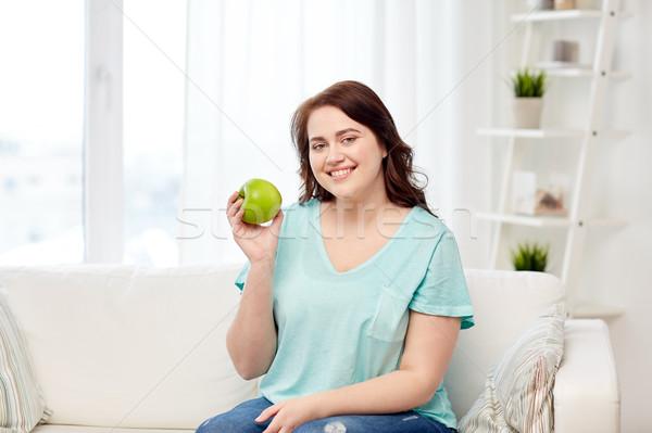 Mutlu artı boyutu kadın yeme yeşil elma Stok fotoğraf © dolgachov