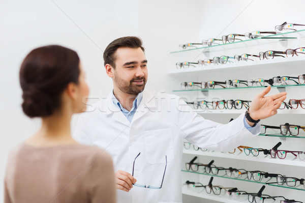 Vrouw opticien tonen bril optica store Stockfoto © dolgachov