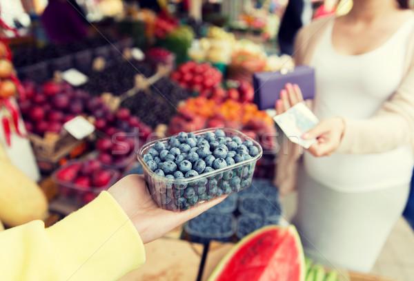 Zwangere vrouw geld kopen bessen markt verkoop Stockfoto © dolgachov