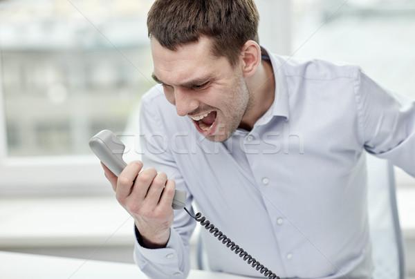 Dühös üzletember hív telefon iroda üzletemberek Stock fotó © dolgachov