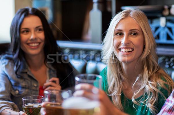 Feliz femenino amigos potable cerveza bar Foto stock © dolgachov