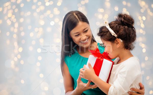 Glücklich Mutter Kind Mädchen Geschenkbox Weihnachten Stock foto © dolgachov