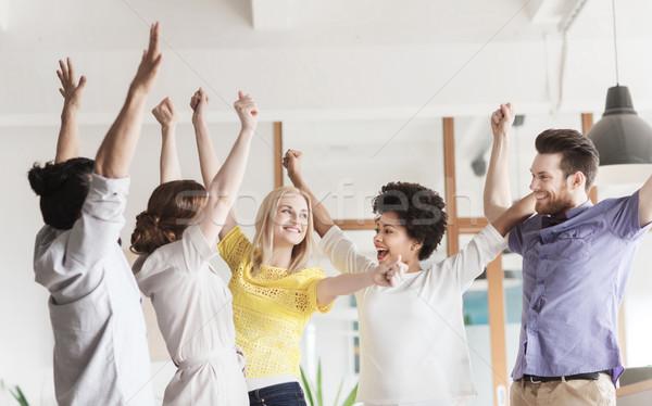 Szczęśliwy twórczej zespołu zwycięstwo biuro Zdjęcia stock © dolgachov