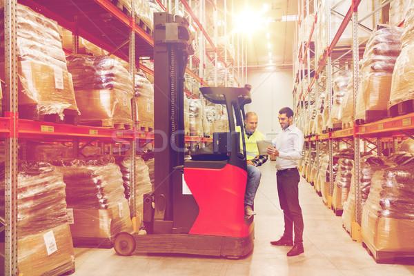 Férfiak táblagép targonca raktár nagybani eladás szállítmány Stock fotó © dolgachov
