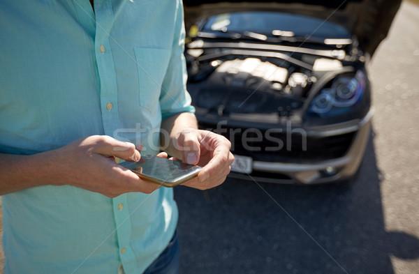 Uomo smartphone auto rotta strada viaggio Foto d'archivio © dolgachov