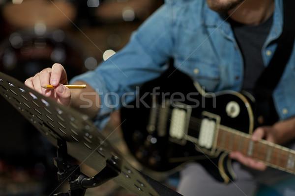 Man gitaar schrijven muziek boek studio Stockfoto © dolgachov
