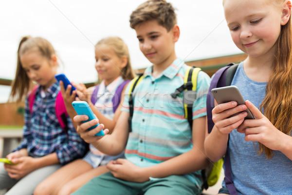 Escuela primaria estudiantes smartphones primario educación amistad Foto stock © dolgachov