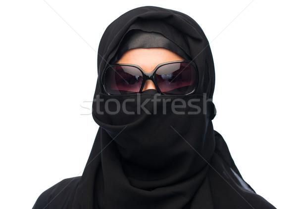Müslüman kadın başörtüsü güneş gözlüğü beyaz moda Stok fotoğraf © dolgachov