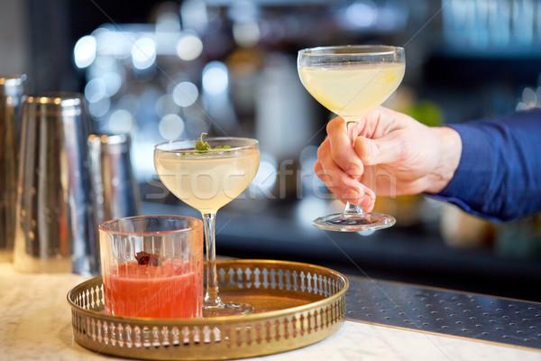 Barmen gözlük kokteyller bar alkol içecekler Stok fotoğraf © dolgachov