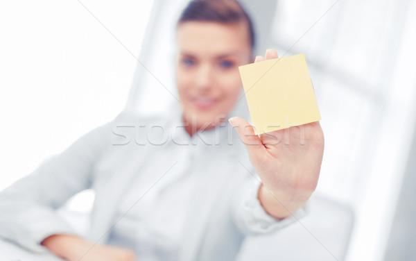 Uśmiechnięty kobieta interesu karteczkę działalności biuro Zdjęcia stock © dolgachov