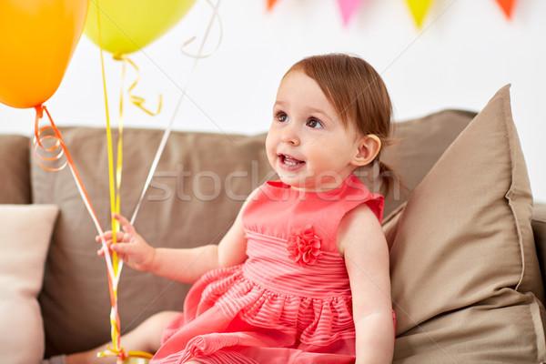 Boldog kislány születésnapi buli otthon gyermekkor ünnepek Stock fotó © dolgachov