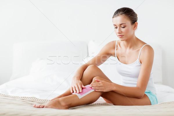 Femme jambe cheveux cire maison beauté Photo stock © dolgachov