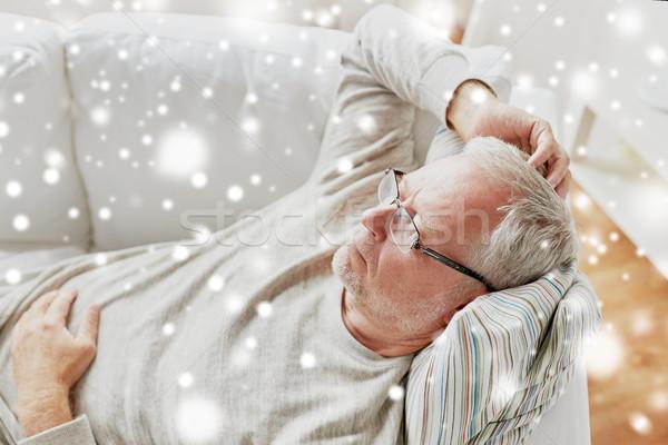 Senior man bril denken home Stockfoto © dolgachov