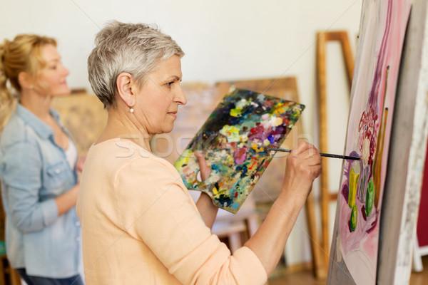Senior vrouw schilderij kunst school studio Stockfoto © dolgachov