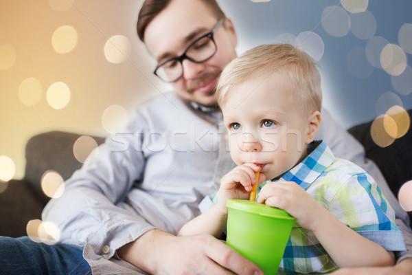 Vader zoon drinken beker home familie jeugd Stockfoto © dolgachov