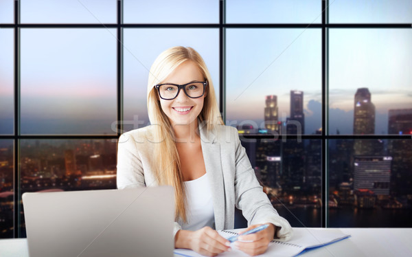 Gelukkig zakenvrouw documenten kantoor zakenlieden laptop computer Stockfoto © dolgachov