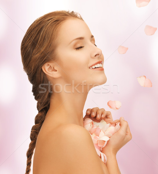 Mooie vrouw rozenblaadjes foto vrouw meisje gezicht Stockfoto © dolgachov