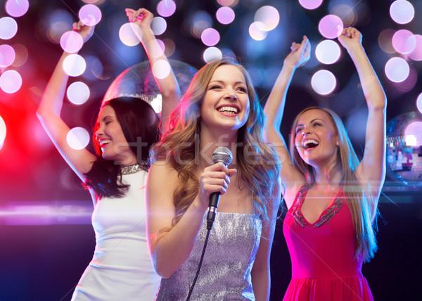 üç gülen kadın dans şarkı söyleme karaoke Stok fotoğraf © dolgachov