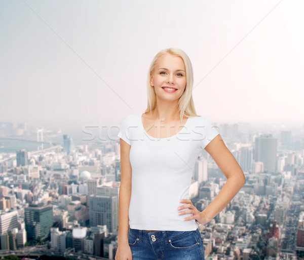 Donna sorridente bianco tshirt design sorriso città Foto d'archivio © dolgachov