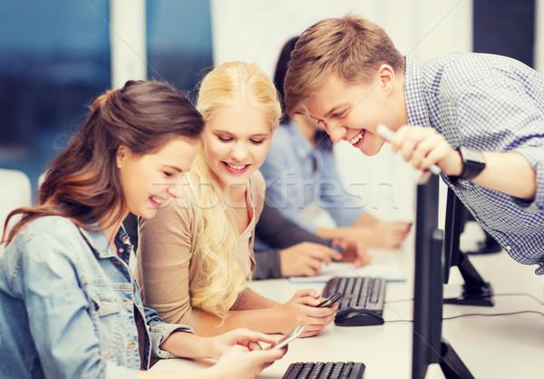 Diákok számítógépmonitor okostelefonok oktatás internet csoport Stock fotó © dolgachov