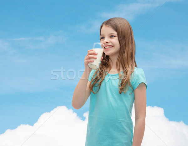 ストックフォト: 笑みを浮かべて · 女の子 · 飲料 · ミルク · 外に · ガラス