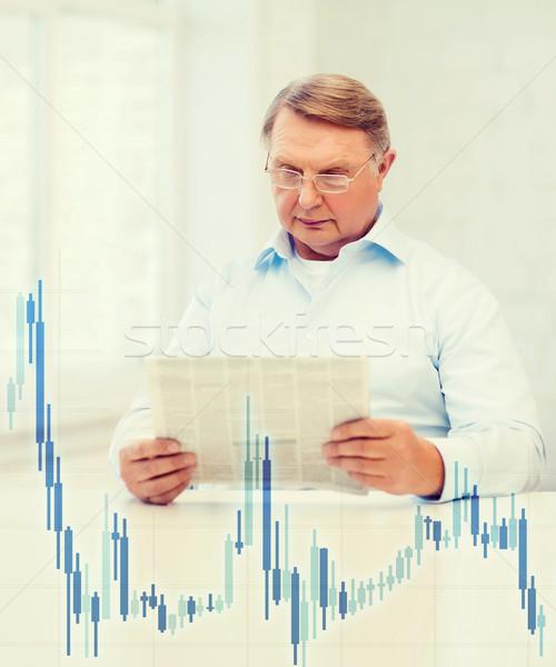 Oude man home krant forex grafiek nieuws Stockfoto © dolgachov