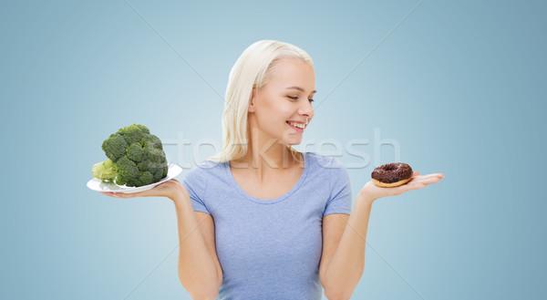 Glimlachende vrouw broccoli donut gezond eten dieet Stockfoto © dolgachov