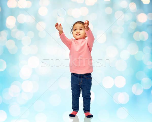 Kicsi kislány játszik szappanbuborék gyermekkor divat Stock fotó © dolgachov