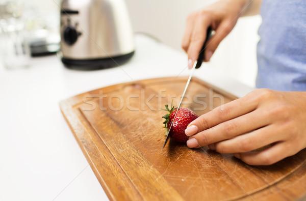 Közelkép nő tapsolás eper otthon egészséges étkezés Stock fotó © dolgachov
