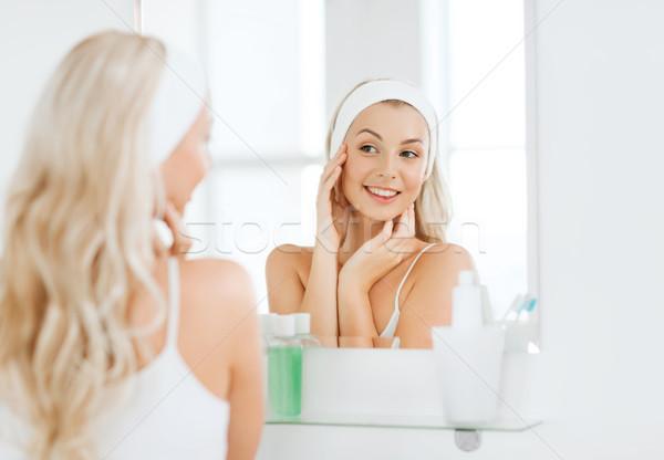 Femme toucher visage salle de bain beauté Photo stock © dolgachov