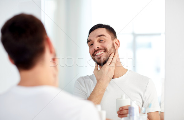 Gelukkig man aftershave badkamer spiegel Stockfoto © dolgachov