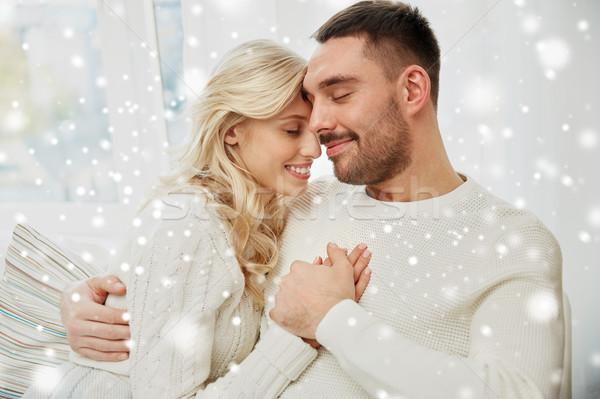 Fericit cuplu acoperit canapea acasă Imagine de stoc © dolgachov