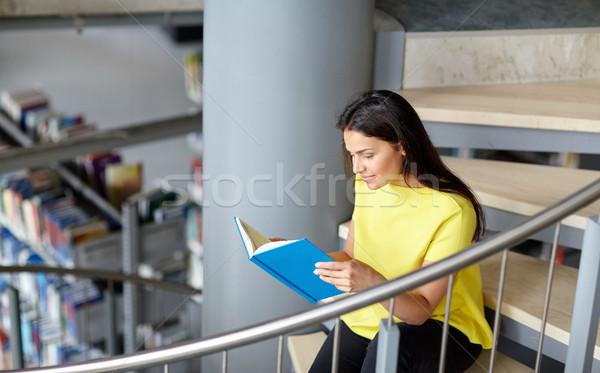 Middelbare school student meisje lezing boek bibliotheek Stockfoto © dolgachov