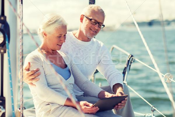 Idős pár táblagép vitorla csónak jacht vitorlázik Stock fotó © dolgachov